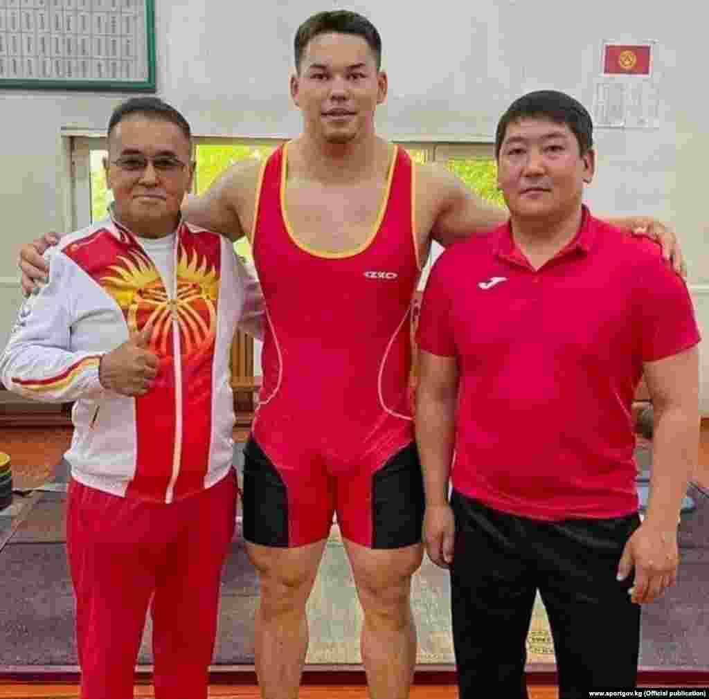 25 жаштагы Бакдөөлөт Расулбеков оор атлетика боюнча Кыргызстандын беш жолку чемпиону. Ал 90 килограммга чейинки салмакта мелдешке чыгат. Оор атлетика боюнча мелдештер 31-июлда өтөт.