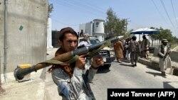 """Кабулдағы ішкі істер министрлігі ғимаратын қорғап тұрған """"Талибан"""" өкілі. 17 тамыз, 2021 жыл."""