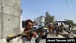 Se pare că o rachetă a lovit o zonă rezidențială din Kabul, aflată în apropierea aeroportului. Imagine generică cu un taliban, 17 august 2021.
