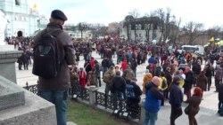 «Ні капітуляції!»: у Києві пройшов марш добровольців – відеорепортаж