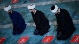 RUSIA - Musulmani ruși se roagă în Moscheea Sobornaya, Moscheea Catedralei din Moscova, cu ocazia sărbătorii Eid Al-Adha. <h1>&nbsp;</h1>