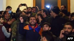 Ok atyşyklary bes etmek baradaky ylalaşykdan soň, Ermenistanyň paýtagty Ýerewanda gahar-gazaba münen protestçiler hökümet we parlament binalaryna hüjüm etdiler.