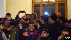معترضان خشمگین از امضای توافق میان دولت ارمنستان و آذربایجان، وارد ساختمان اصلی دولت در ایروان شدند