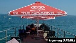 Шезлонги пляжу «Дельфін» на пристані, Ялта, серпень 2021 року