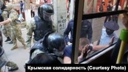 Масові затримання кримських татар біля будівлі ФСБ Росії в окупованому Криму, 4 вересня 2021 року