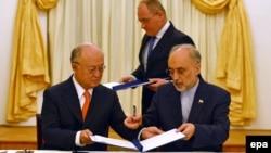 علیاکبر صالحی، رئیس سازمان انرژی اتمی ایران و یوکیا آمانو، مدیرکل آژانس بینالمللی انرژی اتمی، در امضای «نقشه راه»