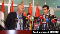 المرشح لرئاسة حكومة اقليم كردستان نيجيرفان بارزاني (يمين) وزعيم حركة تغيير نوشيروان مصطفي يتحدثان في مؤتمر صحفي بالسليمانية