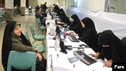 معصومه ابتکار در حال ثبتنام برای انتخابات شورای شهر. ۱۹ آوریل ۲۰۱۳.