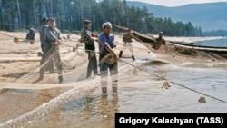 Рыбаки на Байкале (архивное фото)