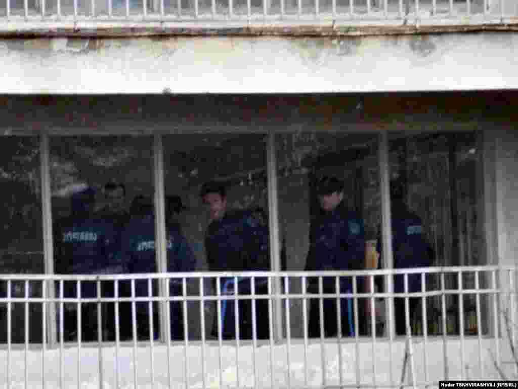 დევნილთა ყოფილ საცხოვრებელს პოლიციელები აკონტროლებენ - თბილისში დევნილთა გამოსახლების პროცესი განახლდა. ყველაზე დაძაბული სიტუაცია შეიქმნა ბაგების სტუდქალაქში, რომელიც პოლიციელთა ალყაში მოექცა. წინააღმდეგობის გაწევის ბრალდებით სამართალდამცავებმა დააკავეს 10-მდე დევნილი, მათ შორის 4 ქალი.