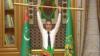 Түркмөнстандын президенти Гурбангулы Бердымухаммедов сергек жашоону жактагынын көрсөтүп жатат.