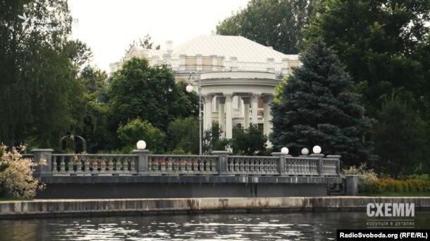 Альтанка та паркан у воді біля берега орендованої Петром Порошенком землі