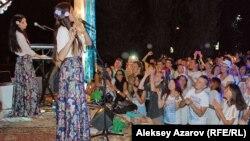 На концерте украинской группы Atmasfera (Львов — Киев). На переднем плане сцены — Анастасия Яремчук (флейта, вокал) и Юлия Яремчук (клавишные, вокал). Алматы, 18 августа 2015 года.
