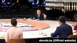 Қазақстан президенті Нұрсұлтан Назарбаев журналистерге сұхбат беріп отыр. Астана, 27 желтоқсан 2018 жыл.