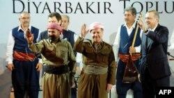 Kürd müğənni Shivan Perwer, İraq kürdlərinin lideri Massud Barzani və baş nazir Recep Tayyip Erdogan Diyarbəkirdə görüş zamanı