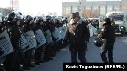 Отряд полицейских в Актау. 18 декабря 2011 года. Иллюстративное фото.