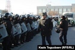Полковник полиции обходит строй прибывших бойцов СОБРа. Актау, 18 декабря 2011 года.