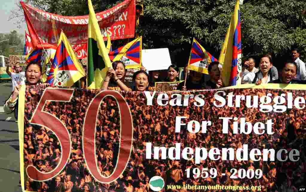 Тибетские женщины отмечают 50-летие восстания против КНР. Индия, Нью Дели