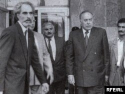 Абульфаз Эльчибей (слева) и Гейдар Алиев (второй справа)