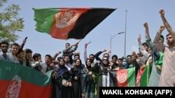 کابل کې د استقلال ۱۰۲مې کالیزې په تړاو افغانانو د افغانستان ملي بیرغ نیولی دی. ۲۰۲۱، ۱۹م اګست