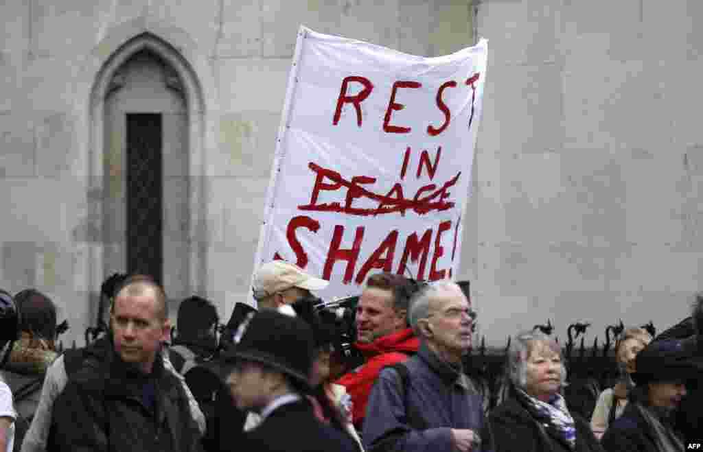 یکی از مخالفان خانم تاچر که در جریان مراسم پلاکاردی با مضمون «در شرم بمان» در دست گرفته است.
