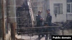 Polislər hüquq müdafiəçisi Leyla Yunusun Nizami küçəsi 53 ünvanında yerləşən ofisi qarşısında