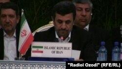 Маҳмуди Аҳмадинажод ҳангоми суханронӣ дар нишасти панҷуми RECCA дар шаҳри Душанбе