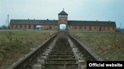 """Imagine din """"Shoah"""", intrarea în lagărul de exterminare de la Auschwitz (Foto: Berlinale)"""