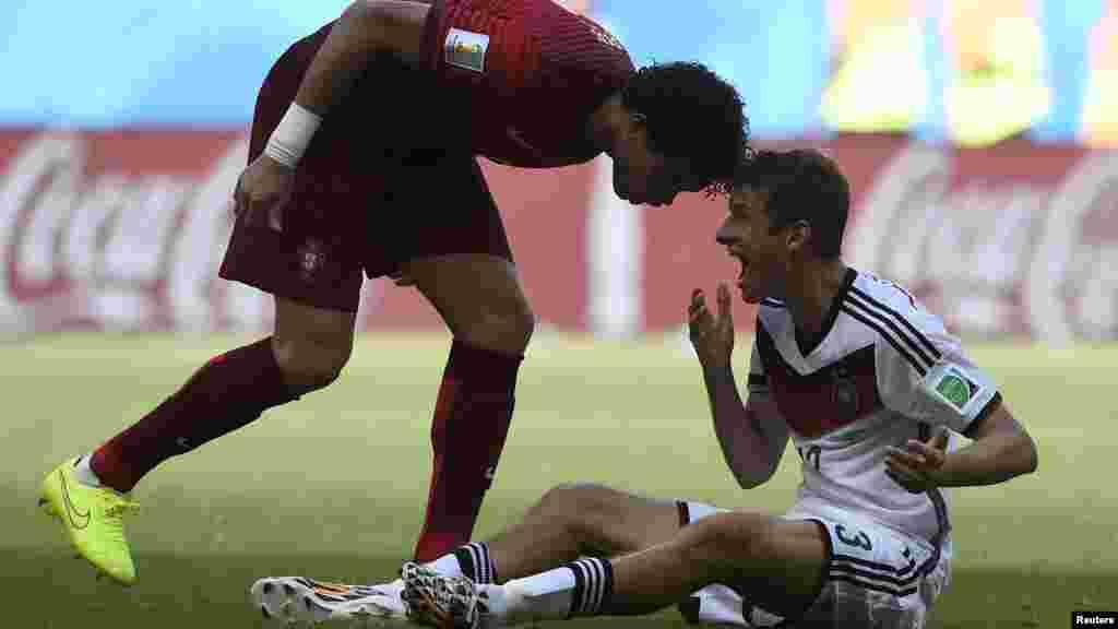 Португальский футболист Пепе ударил головой германского игрока Томаса Мюллера (справа), за что получил красную карточку. Сальвадор, 16 июня 2014 года.