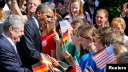 АКШ жана Германия президенттери мектеп окуучулары менен. 19-июнь, Берлин.