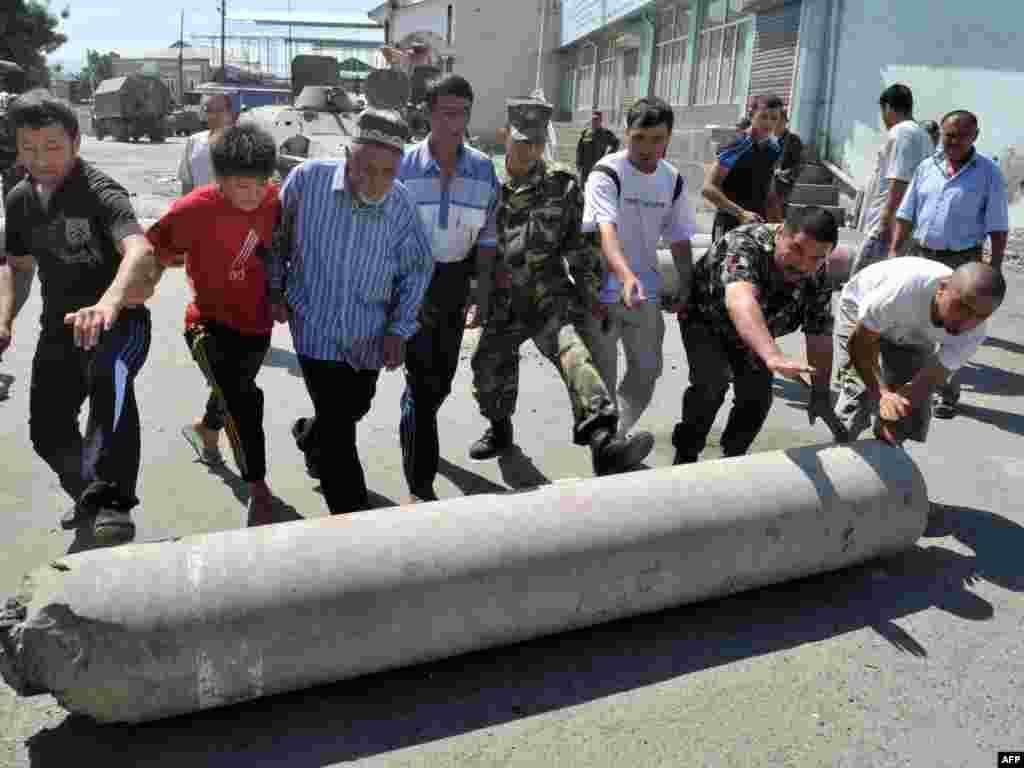 Оштағы баррикадаларды өзбектер мен қырғыздар бірге бұзып жатыр. 20 маусым 2010 жыл.