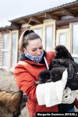 Александра Сухова со спасенными щенками