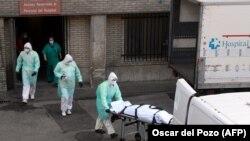 O scenă care se repetă de zeci de ori pe zi, în fața spitalului Gregorio Maranon din Madrid, 25 martie 2020