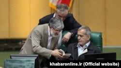 علی مطهری(چپ) و مسعود پزشکیان دو نایب رئیس مجلس