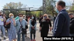 Работники трамвайного парка говорят о своих опасениях акиму города Темиртау Кайрату Бегимову после известия о возможном закрытии трампарка.