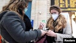 Маските и дезинфектантите вече са дефицитни стоки в Милано