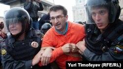 Задержание активиста на Триумфальной площади, 31 августа 2012 года