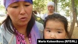 Элнура Кадырова, 20-августта окко учкан сержанттардын бири Бакыт Кадыровдун эжеси. Ак-Суу району, 22-август, 2012.