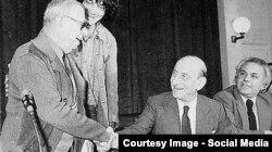 Sartre Parisdə bir qrup solçu elm adamları ilə görüşür.