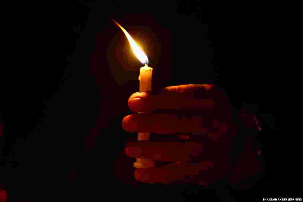 Громадськапанахида в пам'ять про жертв авіакатастрофи пасажирського Airbus A320 авіакомпанії Pakistan International Airlines в Карачі, в результаті якої загинули 97 осіб (epa-EFE/Shahzaib Akber)