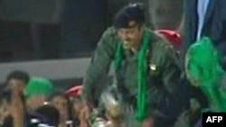Сын Муамара Каддафи - Хамис приветствует сторонников режима