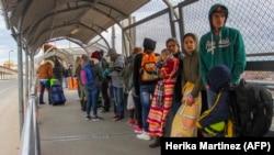 Migranti iz Kube, Venezuele i Centralne Amerike u redu na međunarodnom mostu Paso del Norte u Ciudad Juarezu, država Chihuahua, 9. januara 2019.