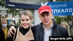 Valer Tsapkala (sağda) həyat yoldaşı Veranika ilə