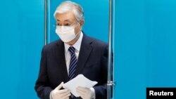 Қазақстан президенті Қасым-Жомарт Тоқаев парламент сайлауы кезінде дауыс беруде. Нұр-Сұлтан, 10 қаңтар 2021 жыл.