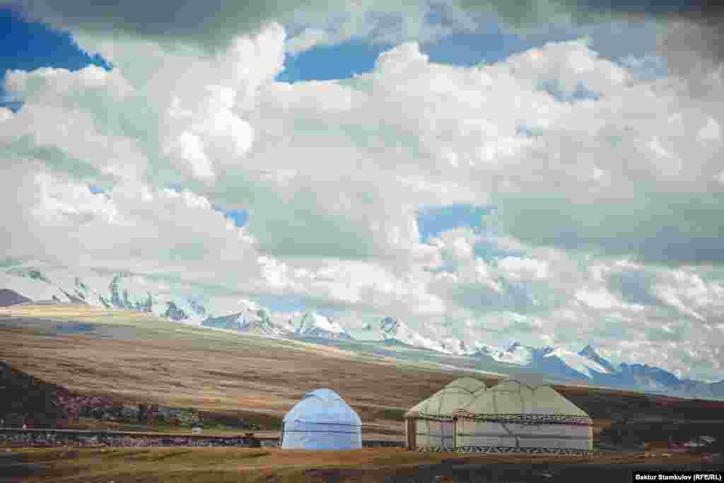Ущелье Эчкили-Таш (Иссык-Кульская область). Если турист не прихватил с собой палатку - не беда, ему дадут место для ночлега в одной из юрт местного чабана.