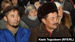 """""""Қаражамбасмұнай"""" компаниясынан босатылған жұмысшылар. Ақтау, 24 желтоқсан 2011 ж."""