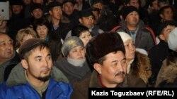 """Уволенные работники компании """"Каражанбасмунай"""". Актау, 24 декабря 2011 года."""