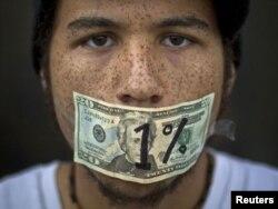 Demonstrant u Americi koji tvrdi da duguje 50.000 dolara zbog studentskih kredita - ilustracija