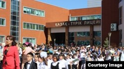 Астанадағы қазақ-түрік лицейлерінің бірі (Көрнекі сурет).