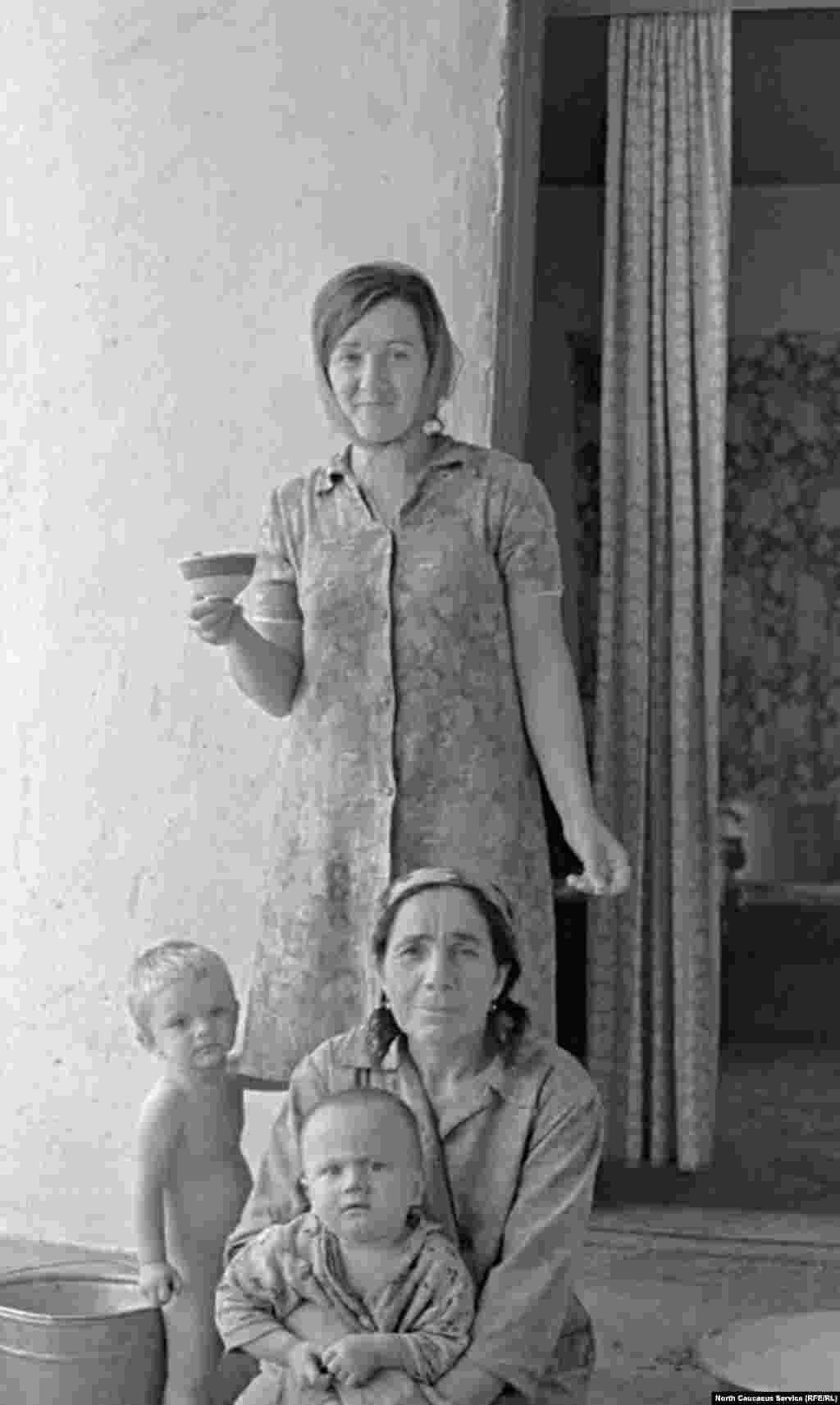 Женщины семьи Узуевых в селе Итум-Кали (Аргунское ущелье).
